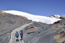 2. K ledovci vede  pěkný chodník