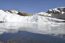 4. Tající led vytváří jezero