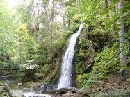 2. Vodopád v letním období